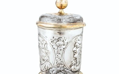 A GERMAN COVERED PARCEL-GILT SILVER BEAKER, JOHANN PAUL SCHMIDT, LEIPZIG, CIRCA 1690 | TIMBALE COUVERTE EN ARGENT ET VERMEIL PAR JOHANN PAUL SCHMIDT, LEIPZIG, VERS 1690