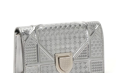 """Christian Dior: A """"Diorama Mini"""" bag made of silver metallic micro cannage leather with a removable chainstrap."""
