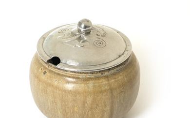 Kgl. P.: Stoneware marmelade jar with lid. Decorated with greyish brown glaze with blue elements....