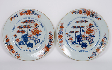 Pair of 18th century Chinese plates in porcelain with Imari-decor with garden view - diameter : 23 cm ||pair or 18th Cent. Chinese plates in porcelain with Imari decor with garden view