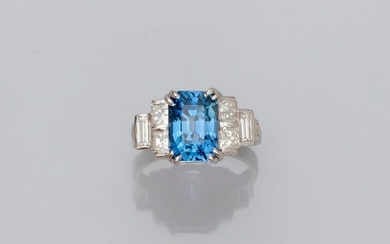 Ring in white gold, 750 MM, set with an emerald cut sapphire weighing about 4.50 carats, beautiful colour, set with four princess cut diamonds and two baguette cut diamonds, size: 51, weight: 5.5gr. rough.
