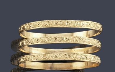 Three rigid 18K yellow gold bracelets with relief