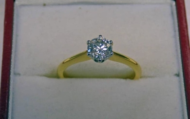 18 CT GOLD SOLITAIRE DIAMOND RING. THE DIAMOND, IN...