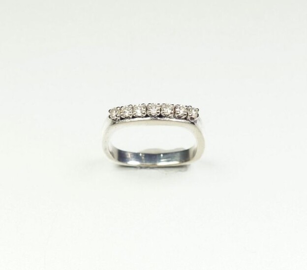 18K (750/oo) white gold cushion-shaped ring, the upper side set...