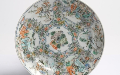 A CHINESE WUCAI/FAMILLE VERTE DISH QING DYNASTY (1644-1912), CIRCA EARLY 18TH CENTURY
