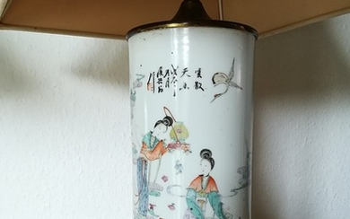 A Chinese porcelain hatstand, decorated in colours with women in a garden. 19th-20th century. H. 28 cm.