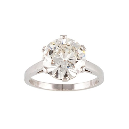 A DIAMOND SOLITAIRE RING, the brilliant cut diamond mounted ...