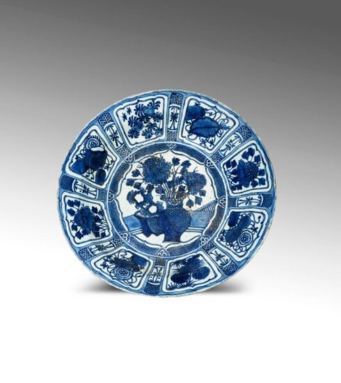 A LARGE CHINESE BLUE AND WHITE KRAAK PORCELAIN DISH WANLI...