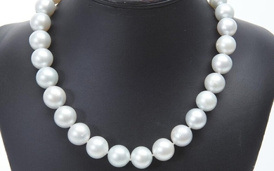 A SOUTH SEA PEARL AND DIAMOND NECKLACE COMPRISING THIRTY TWO NEAR ROUND PEALRS MEASURING 13.5MM TO 16MM, TO A PEARL CLASP DETAILED W...