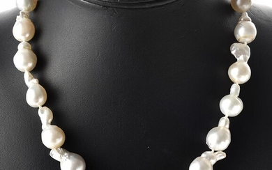 A STRAND OF BAROQUE SOUTH SEA PEARLS TO A BALL CLASP IN STERLING SILVER, TOTAL LENGTH 465MM
