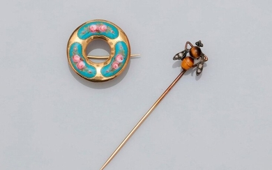 Batch: Yellow gold brooch, 750 MM, applied with polychrome enamel with rose decoration, diameter 20 mm and tie pin crowned with a gold and silver fly, tiger eye body, diamond wings, 10 x 9 mm, 19th c., weight: 2.3gr. gross.