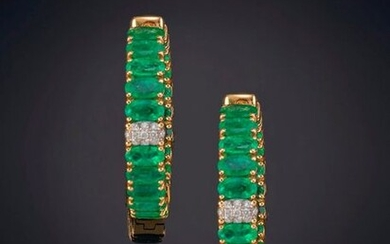 ELEGANT EMERALD CREOLES WITH A DETAIL OF PAVÉ OF BRIGHTNESS, EXTRA QUALITY. Frame in 18k yellow gold. Output: 3.000,00 Euros. (499.158 Ptas.)