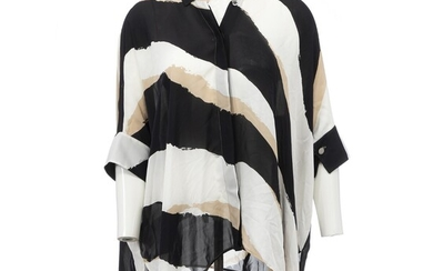 Gucci: A black, beige and white loose fitted shirt made of silk with a collar and 3/4 sleeves. Size 40 (IT)