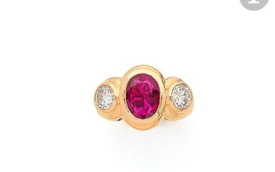 Ring in 18K (750) gold, adorned with an oval-shaped ruby set with round brilliant diamonds. Finger size: 48.1 g