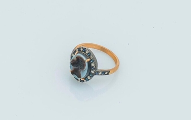 Ring in 18-carat yellow gold (750 thousandths) and silver (900 thousandths) set with a cameo on two-tone agate depicting a Moorish profile, in a ring of alternating diamonds and sapphires. Finger size: 52 Gross weight: 2.9 g