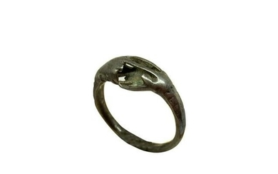 Ring with depiction of two hands intertwined, silver