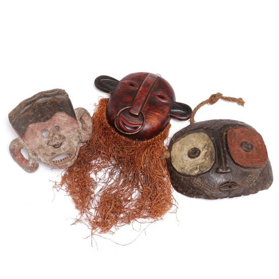 Three masks of carved patinated wood mounted with raffia and white pigment. D. R. Congo style. H. 17–20 cm. (3)