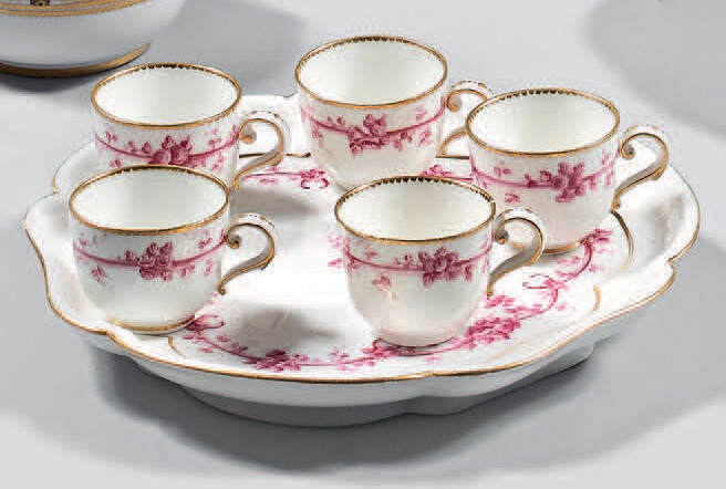 Tray of ornamented triangle ice-cream cups' and five 'Bouillard' cups (3rd size) in Sèvres porcelain from the second half of the 18th century.
