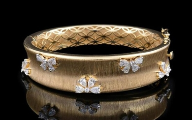 2.90 TCW HI/SI Pear Diamond Bangle Bracelet 18k Gold