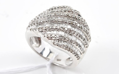 A DIAMOND DRESS RING IN 18CT WHITE GOLD, SIZE N, 11.5GMS