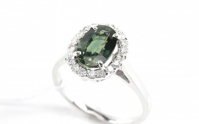 A GREEN SAPPHIRE AND DIAMOND CLUSTER RING IN 18CT WHITE GOLD, SIZE M-N, 3.5GMS