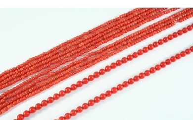A SINGLE ROW UNIFORM CORAL BEAD NECKLACE the coral beads mea...