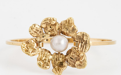 An 18K gold bracelet set with a pearl