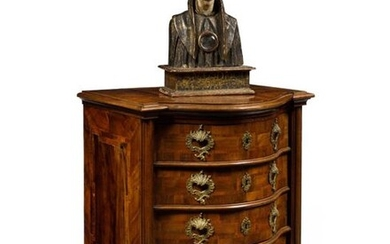Chest of drawers in marquetry and walnut, the curved front opening with five drawers, the quarter round uprights resting on flattened sphere feet, the top decorated with a bird. (accidents and restorations). Italy, mid 18th century. H : 96 cm, W : 74...
