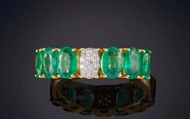 ELEGANT EMERALD RING WITH AN OVAL IN THE CENTER, THE SAME SIZE AS A RHINESTONE PAVÉ. EXTRA QUALITY. Mounting in 18 k yellow gold. Output: 1.225,00 Euros. (203.823 Ptas.)