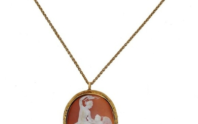 * Necklace made of a 18 K (750 °/°°°) yellow gold chain with a palm chain, and a pendant brooch set with an oval cameo with an antique decor of a woman playing with a putto, the setting also in 18 K (750 °/°°°) yellow gold with chased border.
