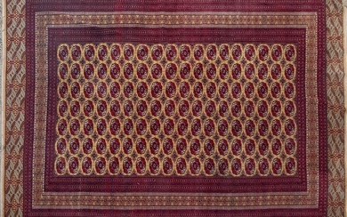 Persian wool carpet with central geometric decoration on maroon field. Size: 415x275 cm Output: 800uros. (133.109 Ptas.)