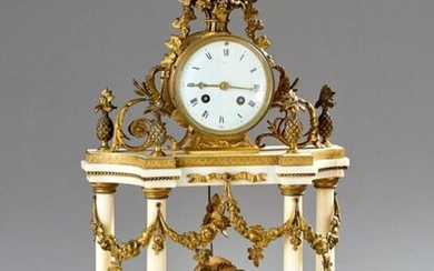 Portico clock in white marble and gilt bronze, the enamelled dial shows the hours in Roman numerals and is framed by floral baskets, foliage and pineapple-shaped vases. The protruding base is decorated with a love at the fountain in the round.