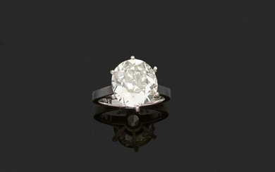 RING in 750 thousandths white gold, set with an antique cut cushion diamond. Finger size : 48. Gross weight : 3,9 g. Presumed weight of the diamond: 3.73 ct. (scratches and lacks, stone to be retightened). Gold ring set with a cushion diamond weighing...