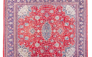 Subtle and elegant Kashan wool carpet. Iran, Ff. 19th century - Ppios. 20TH CENTURY. Finely conceived in all its details with a medallion floral design on a covered background. The well-considered use of ivory or lighter tones in the secondary motifs...