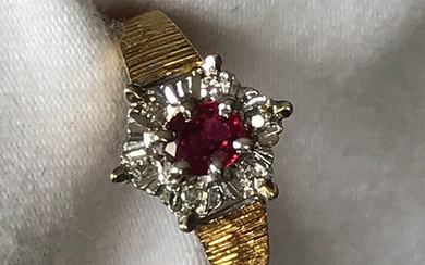 VINTAGE RUBY & DIAMOND CLUSTER RING.
