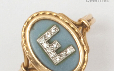 """Yellow gold ring with an agate surmounted by the letter """"E"""" set with 8/8 size diamonds. Finger size: 52. P. Rough: 2.9g"""