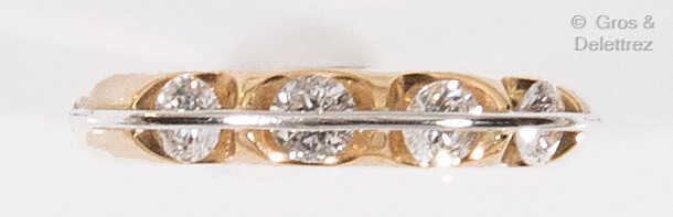 Yellow gold wedding band adorned with four mobile brilliant-cut diamonds...