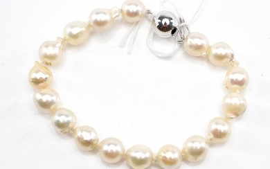 A CULTURED PEARL BRACELET, THE CLASP IN 9CT WHITE GOLD, TOTAL LENGTH 190MM
