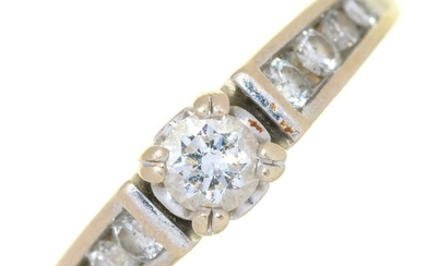 A DIAMOND SOLITAIRE RING IN PLATINUM, DIAMONDS IN TOTAL APPR...