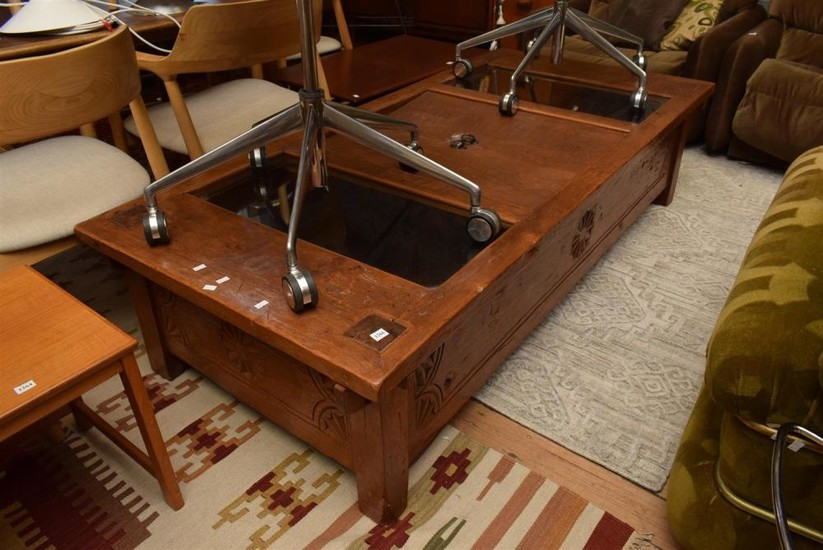 A SUBSTANTIAL CARVED COFFEE TABLE WITH GLASS INSERT (43 X 177 X 81CM)