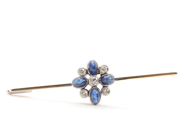 Sapphire and diamond brooch set with five old mine-cut diamonds and four cabochon-cut sapphires, mounted in 14k rhodium-plated gold. L. 6.5 cm.