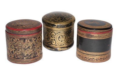 Three small round wooden boxes made of Chinese lacquer | Drei kleine runde Holzschachteln aus Chinalack