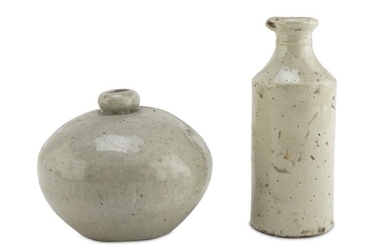 A CHINESE CERAMIC BOTTLE AND JAR. 19TH CENTURY.