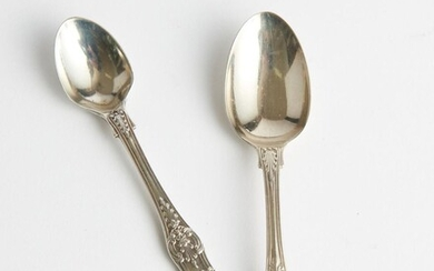 A VICTORIAN STERLING SILVER TEASPOON AND EGG SPOON, QUEEN'S PATTERN, LEONARD JOEL LOCAL DELIVERY SIZE: SMALL