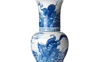 A blue and white vase, late Qing dynasty, 19th Century.