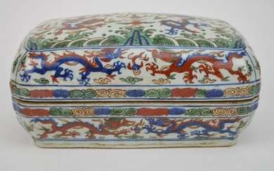 CHINESE PORCELAIN WUCAI BOX with hand painted Ming