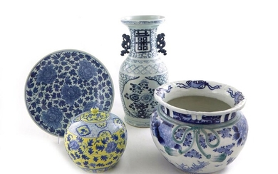 Chinese porcelain vase, jar, jardiniere, and charger (4pcs)