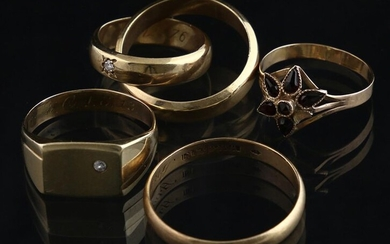 Jewellery gold - Five 14k yellow gold rings; three weddings band, one signet ring set with a brilliant-cut diamond, and a broken cluster ring set with garnets