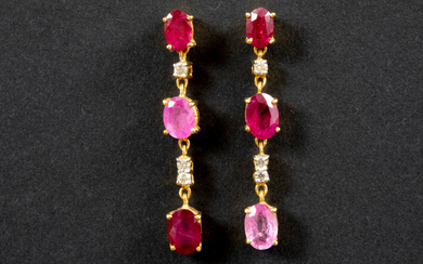 Pair of elegant, rather long earrings in yellow gold (18 carat) with a total of approx. 5 carat rare pink sapphire, natural ruby and white quality brilliant ||pair of earrings in yellow gold (18 carat) with approx. 5 carat of pink sapphires, rubies and...