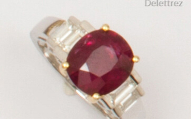 White and yellow gold ring set with an oval ruby weighing 3.12 carats and set with four baguette diamonds. Finger size: 51. P. Rough: 4.1g. With GIA (American Gemmology Laboratory) certificate indicating without heat treatment.